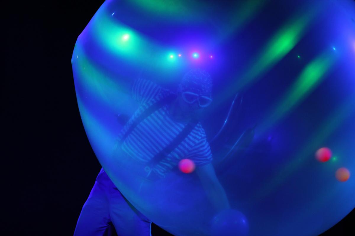 Ballonnen Met Licht : Der mann im ballon wasser show artistik mit dem riesen ballon.